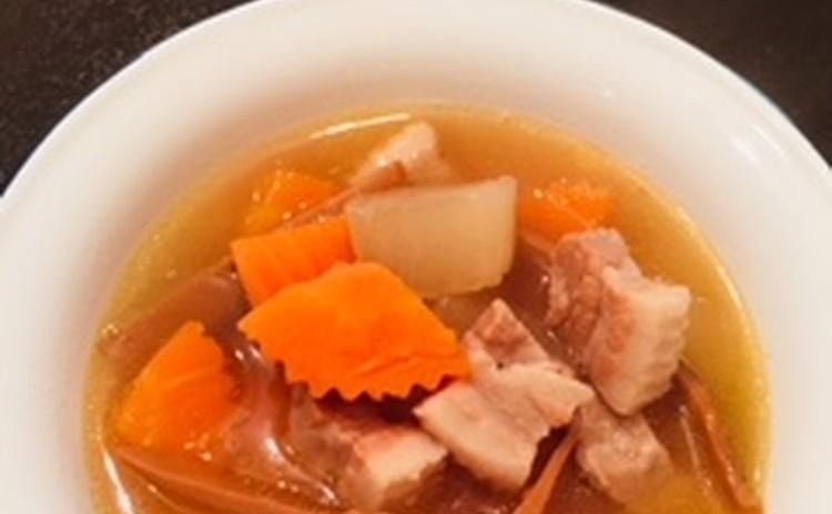 鶏肉のパンダンリーフ包み揚げ、目玉焼きのラープ、味の染みた大根が美味しいスープを作ります。