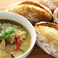 バリッ!と焼けるフランスパン2種(レモングラス他)とグリーンカレー