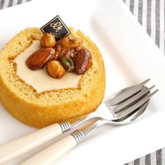 キャラメリゼしたナッツが美味しいババロア入りスコップロールケーキ