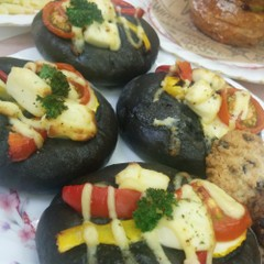 真っ黒イカ墨パン&ごまチーズパンを玉ねぎファルス&秋の野菜サラダ