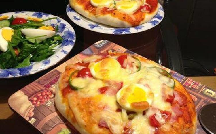 生地から手作り簡単ピザ&スペイン風オリーブの田舎漬け&サラダ