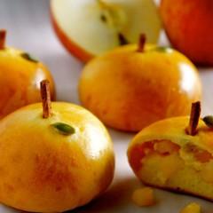 旬のりんごをたっぷり使ってキュートな林檎型のパンに仕上げます