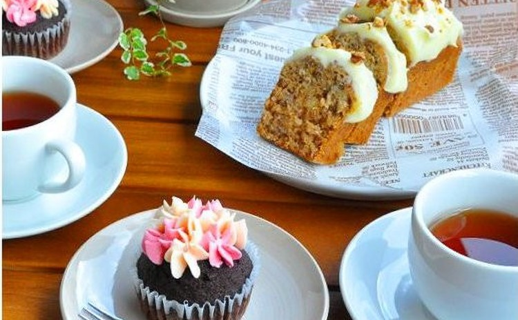 フルーツたっぷりのハミングバードケーキと今流行のキュートなカップケーキ