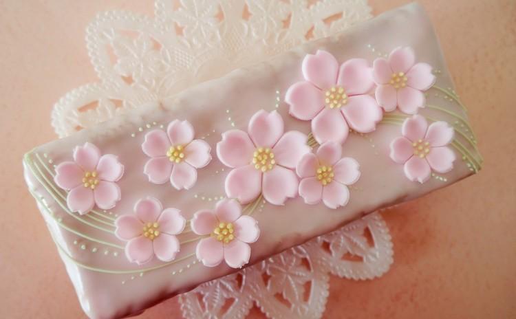 春のお祝いに桜のケーキデコレーション