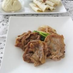 豚の生姜焼きを巻いて食べる手作りチュンピン&華シュウマイ
