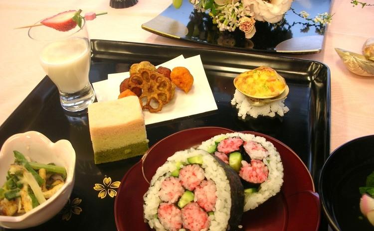<こども>飾り巻き寿司で「ひなまつり」