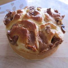 ふんわり生地から甘い香り~!キャラメルくるみパン 15cm1台