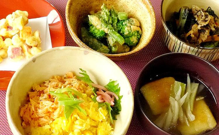 甘酒を使った「ふんわり鮭そぼろ丼」&かき揚げ等バランスの取れた和食