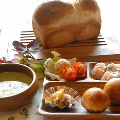 ブリオッシュとイギリスパン&旬の食材スープ、春を感じるランチプレート♪