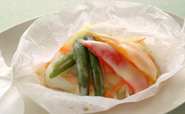 「旬のお魚の紙包み焼き」
