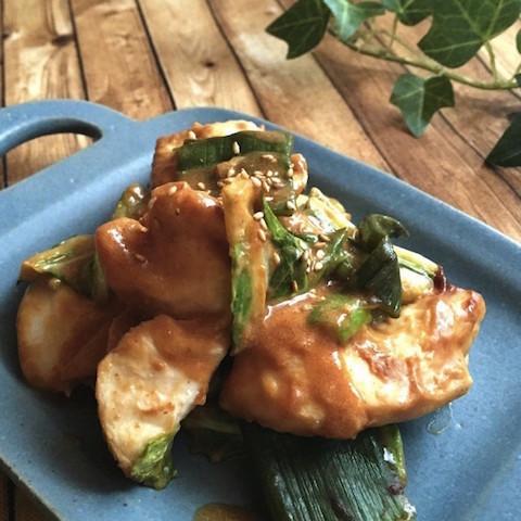 【しっとりジューシー】「鶏むね肉の蒸し焼き」に合わせたい絶品ソースバリエ