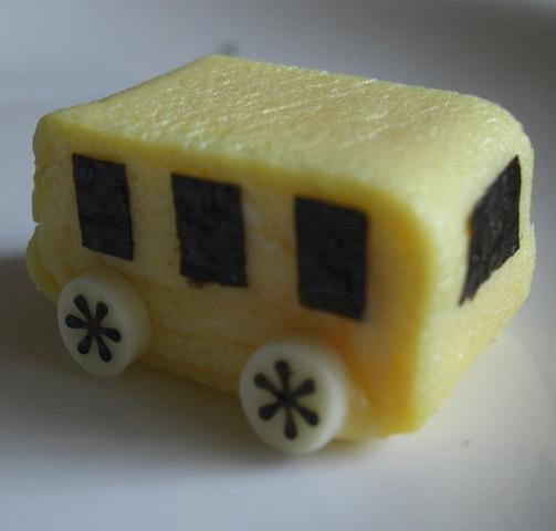 【幼稚園生お弁当に♪】卵で作る「黄色い幼稚園バス」レシピ3選