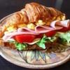 【見た目もおしゃれ!】朝食にサクサク「クロワッサンサンド」5選はいかが?