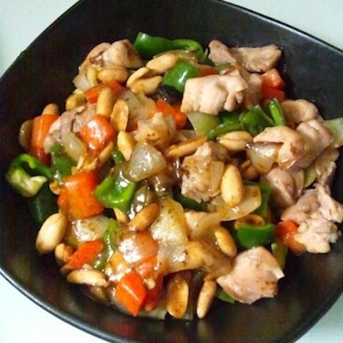 カリカリ食感がクセになる♪「鶏肉のピーナツ炒め」はおかわり必至の美味しさ