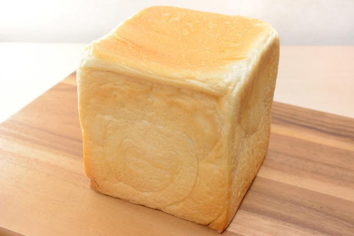 【パンの耳好きに朗報】「1斤丸ごとパン」の斬新カット法