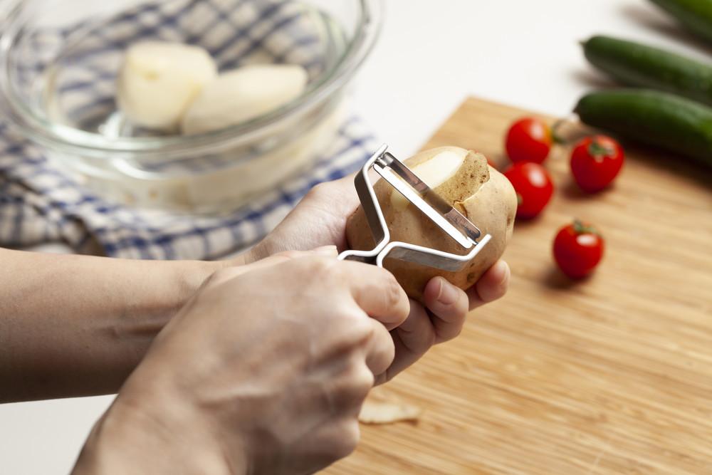 【便利なプチ時短ワザ】鍋の材料も「ピーラー」活用でオシャレ&素早く準備♪