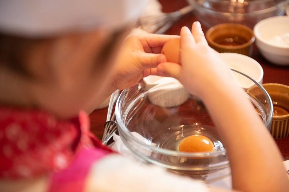 """大人の固定観念を覆す!「2歳児」が""""料理""""を通して学ぶこと【今日から始める親子クッキング vol.1】"""