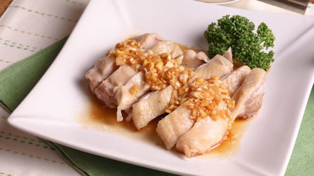 レンジで作れる「蒸し鶏のねぎソースがけ」のヘルシー満腹献立