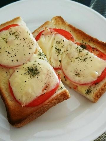 【忙しい朝に簡単】「トマトチーズトースト」がとろ〜りジューシー