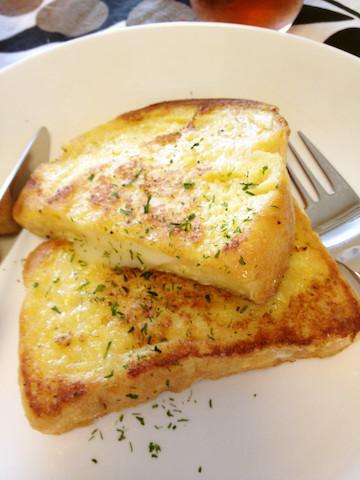週末ブランチに◎甘くない「チーズフレンチトースト」の朝食が新しい!