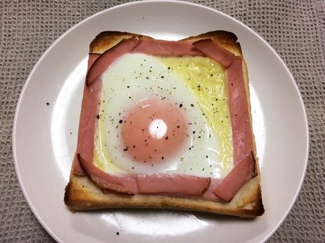 【フライパン不要】卵が流れ出ない「目玉焼きトースト」はハムがポイントだった!