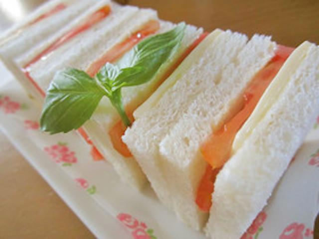火なしで簡単「トマトチーズサンドイッチ」がシンプル美味