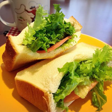 具がこぼれない♪「サンドイッチ」が圧倒的に食べやすくなる裏ワザ