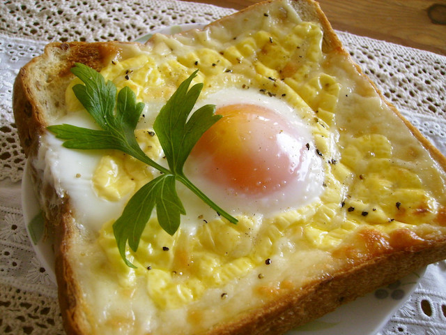 【裏ワザ】アレを使えば「目玉焼きトースト」の卵が流れない&ふんわり仕上がる!