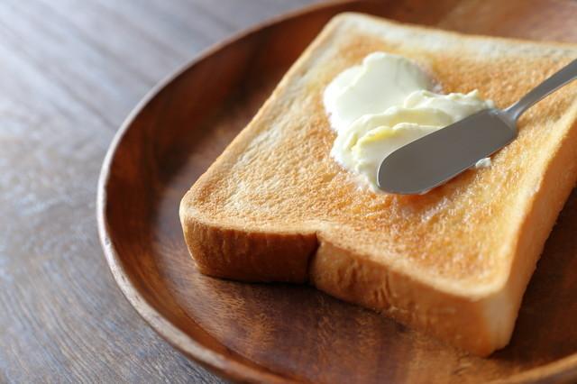 【試してみた】◯◯を吹きかけるだけ!「冷凍パン」が格段に美味しくなるトーストの焼き方