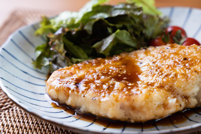 柔らか調理のコツも!低価格&ヘルシー食材が大変身♪「鶏むねステーキ」がガッツリ絶品