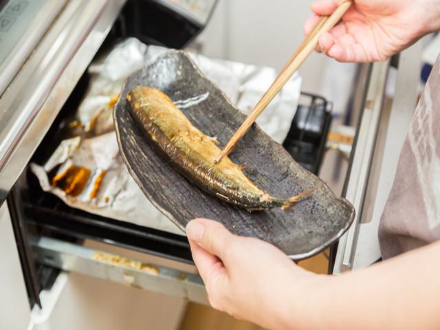 【裏ワザ】面倒な「魚焼きグリルの洗い物」が格段にラクになるアルミホイル活用法