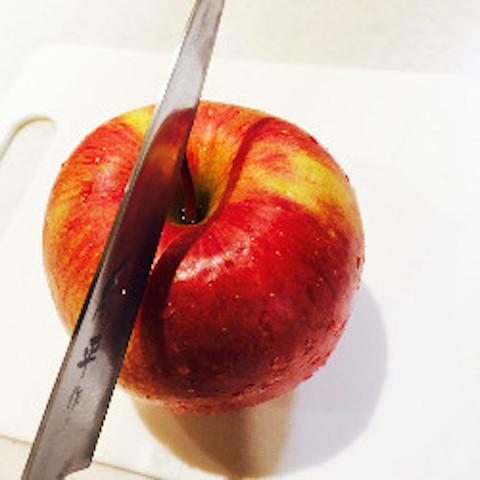 【簡単テク】果実の部分を最大限味わえる!「りんご」の無駄のない切り方