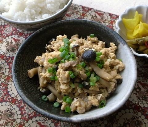 包丁&まな板いらず!ごはんがパクパク進む「ひき肉×しめじ」の甘辛炒り豆腐
