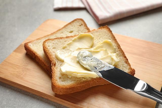 冷蔵庫から出してすぐ塗れる!パンがつぶれない「柔らかバター」の作り方
