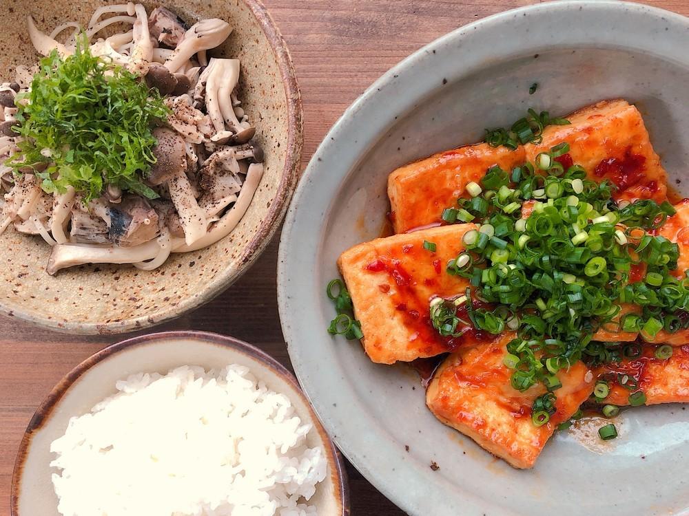 副菜はレンチンで♪ピリ辛タレの「豆腐ステーキ」でご飯が進む〜!【ふたしな献立】