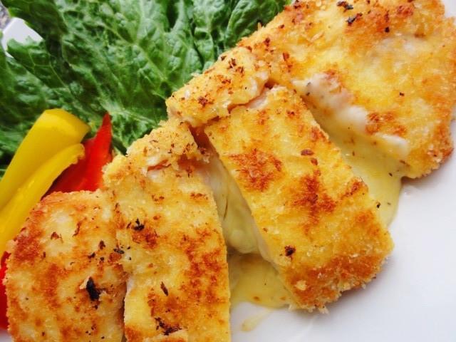 揚げ焼きでOK!鶏むね肉で作る「チーズ入りカツレツ」がリピ決定のおいしさ♪