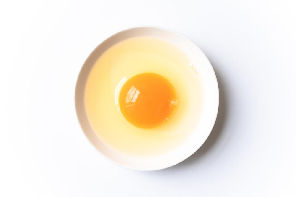 """【裏ワザ】入ってしまった「卵の殻」は""""アレ""""で簡単に取れた!"""