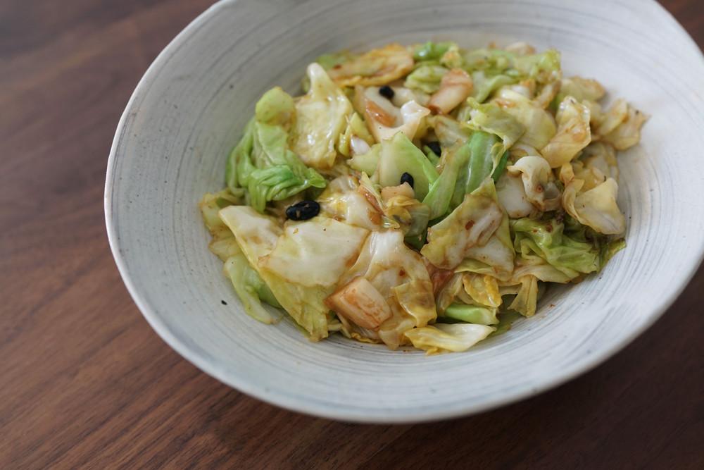 食材は1つだけ!簡単なのにしっかり味付けで美味「手ちぎりキャベツ」【中国の簡単おいしい家庭料理 Vol.6】