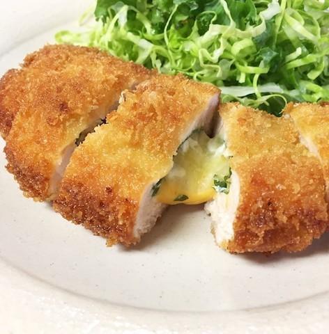 子どもも喜ぶ!カリッ&とろ〜り食感がウマい「鶏むねチーズカツ」の簡単献立