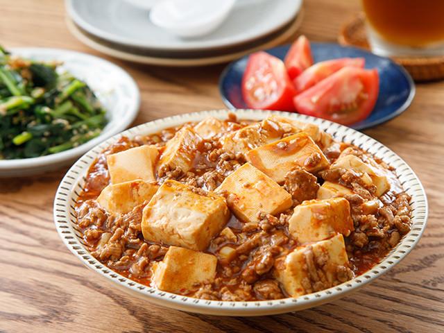 週末の親子遊びは夕飯づくりで!子どもも一緒に食べられる「麻婆豆腐」の作り方【おりょうりえほん vol.5】