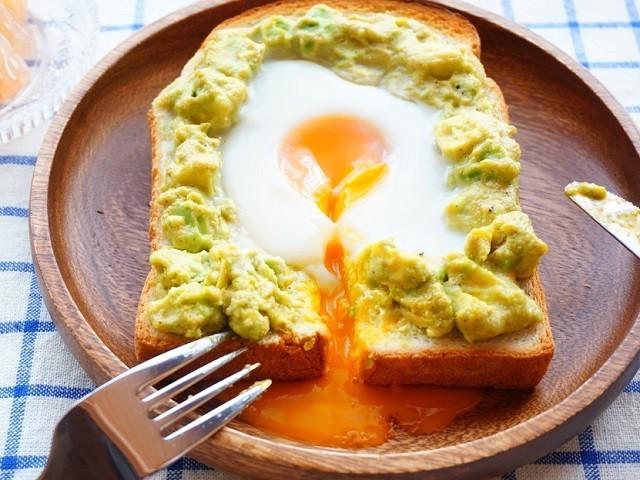 食べごたえ満点!「アボカド×卵」の朝ごはんバリエ4選