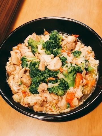 フライパンのまま食卓に!調味料1つで「ブロッコリーと鶏肉のカニカマあんかけ」献立