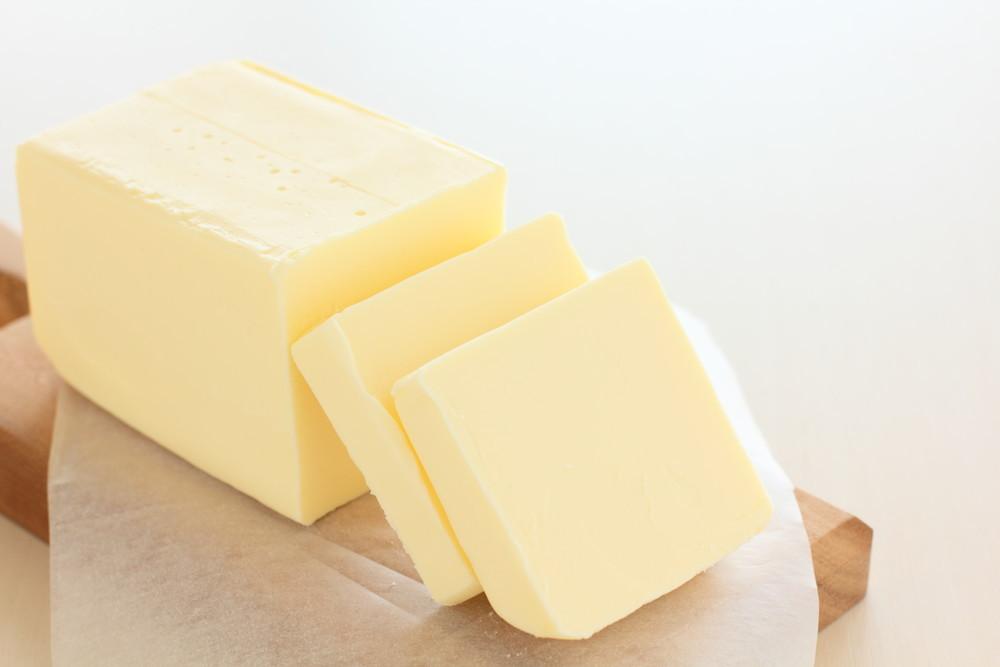 お菓子作りにも◎指を汚さずに器に「バター」を薄く塗る便利ワザ