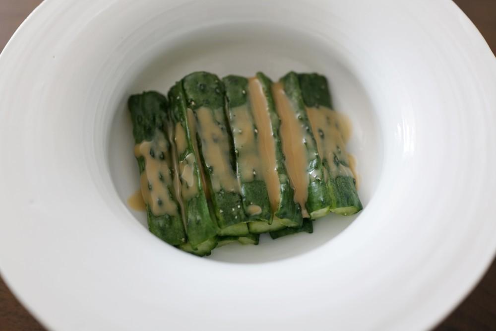 ひと手間で新食感!シャキシャキ&コリコリの「きゅうりの胡麻だれ和え」【中国の簡単おいしい家庭料理 Vol.8】