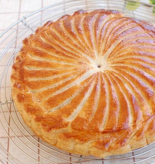 1月に、フランスで楽しみながら食べられる「ガレット・デ・ロワ」って知ってる?