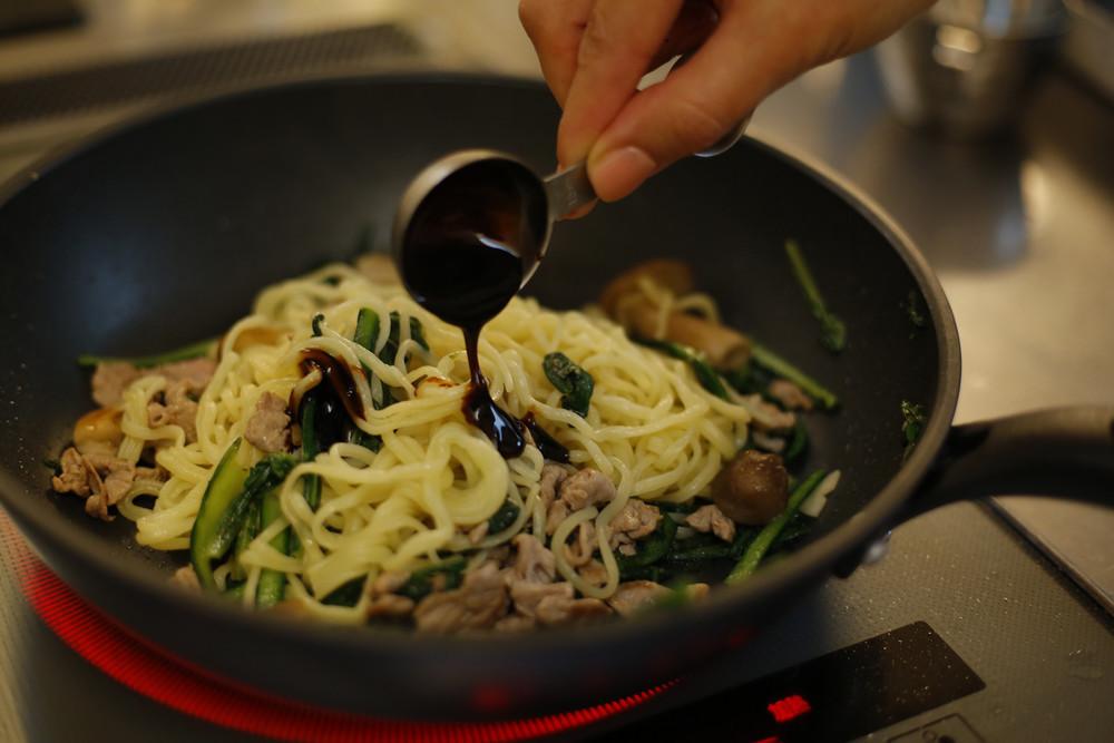 これ1本で味決まる!究極のお手軽料理が作れる「便利な調味料」4選【急に料理が得意になる方法 vol.6】