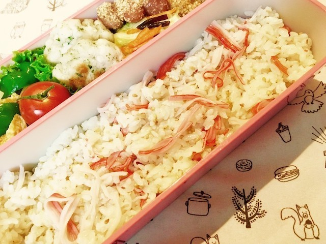 お弁当にも◎「カニ風味かまぼこ」の混ぜご飯が簡単&便利!