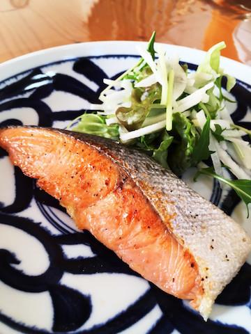 【グリル掃除とおさらば】フライパンで「鮭」がおいしく焼けるワザ