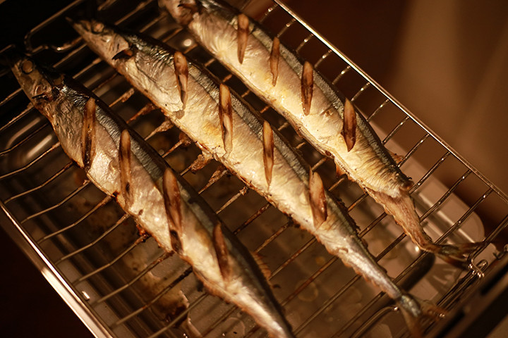 """【裏ワザ】アレを使えば「焼き魚」が""""金網""""にくっつかない!"""