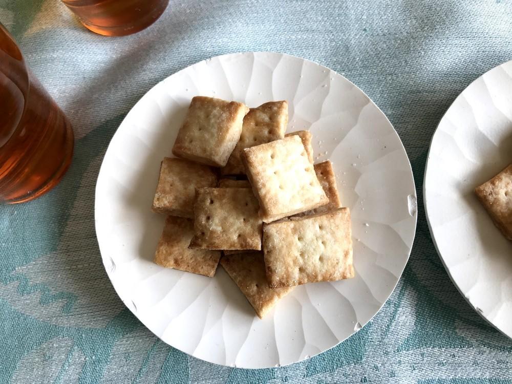 あと引くおいしさ!甘くないさくさく「クラッカー」の作り方【材料4つで本当においしいお菓子 Vol.17】